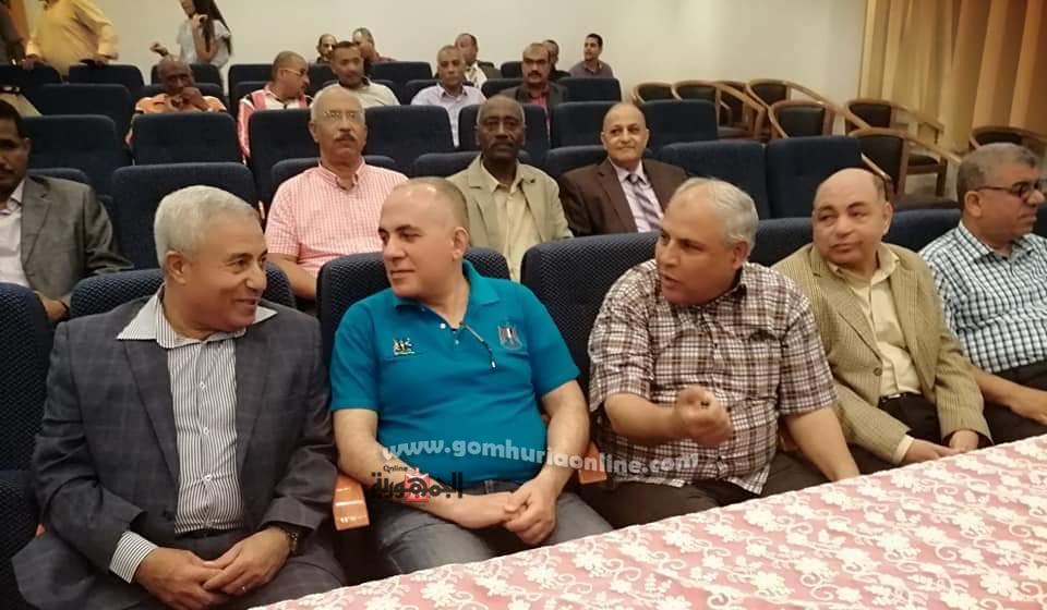 وزير الري ومحافظ اسوان  يشاهدان مباراة مصر وجنوب أفريقيا من داخل متحف النيل بأسوان