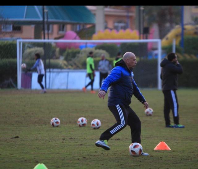 حسام حسن اثناء قيادته تدريبات  سموحه