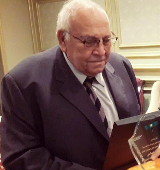 المرحوم المستشار مهند عباس أثناء تسلمه إحدى دروع التكريم