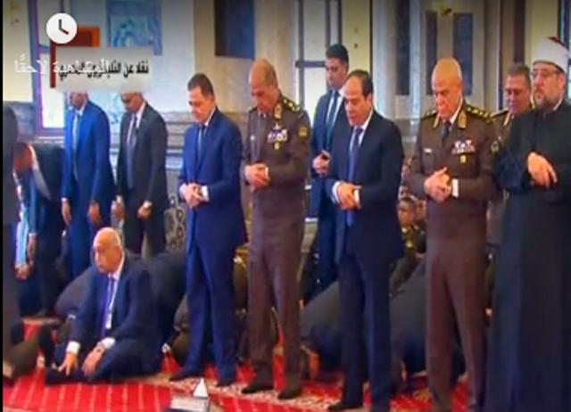 السيسي وكبار رجال الدولة يؤدونصلاة الجمعة في مسجد المشير