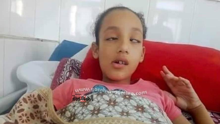 الطفلة وقد اصيب بشبه شلل وصدمة عصبية بعد توبيخ والدة زميلاتها لها امام الطلاب وفى مباركه من المدرسة والاخصائية الاختماعية